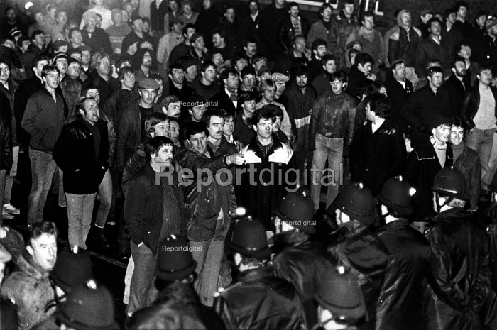 Mass picket and police who get a lone scab into the pit, Manvers Main colliery, Wath-on-Dearne, Yorkshire - John Harris - 1984-11-19