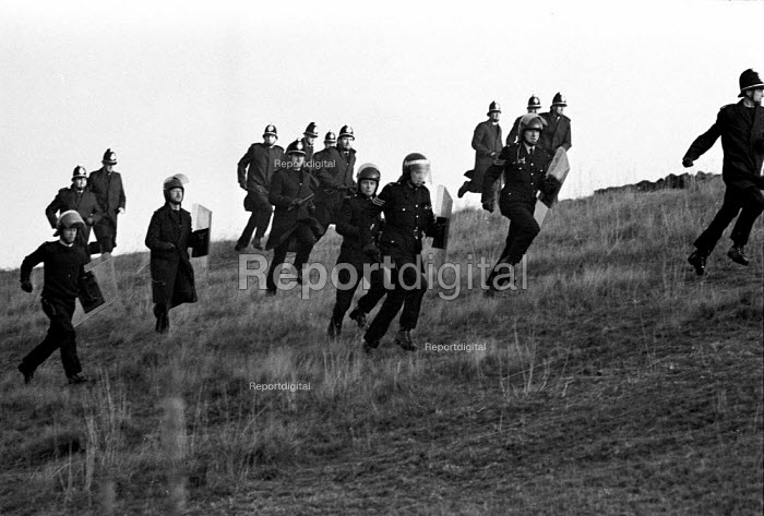Pickets confront police trying to get a scab into Woolley colliery, Woolley Edge, Yorkshire. The scab decided to stop going in. - John Harris - 1984-10-16