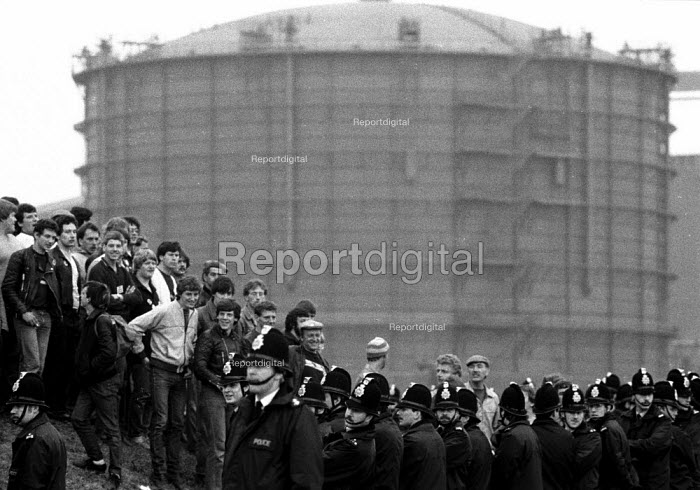 Miners strike picketing BSC Scunthorpe as coke is brought from Orgreave Coking works, Yorkshire. - John Harris - 1984-05-25