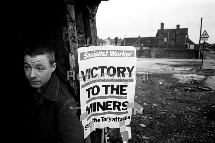 Pickets in their hut, Fryston colliery pit village, Yorkshire - John Harris - 1985-02-11