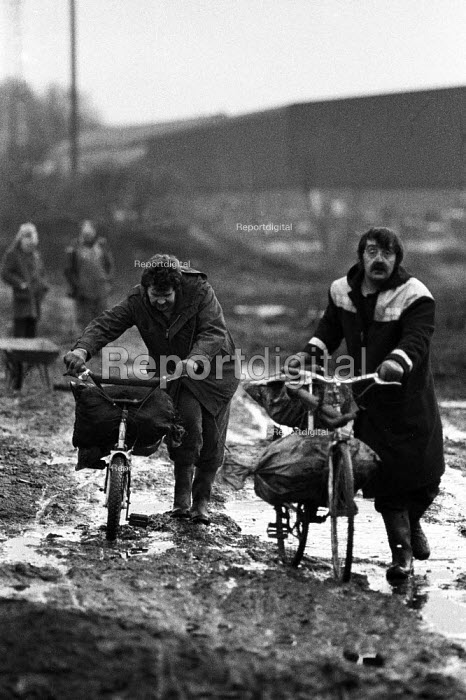Striking miners collecting coal from waste slag heap at a pit to keep them warm. Miners strike Yorkshire coalfield 1985 - John Harris - 1985-01-04