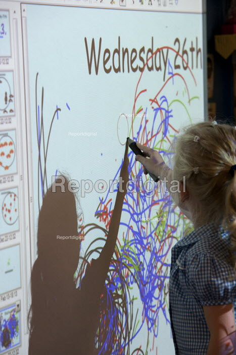 Erasing a projection on a whiteboard, St Richard's C E First School, Evesham - John Harris - 2014-07-02