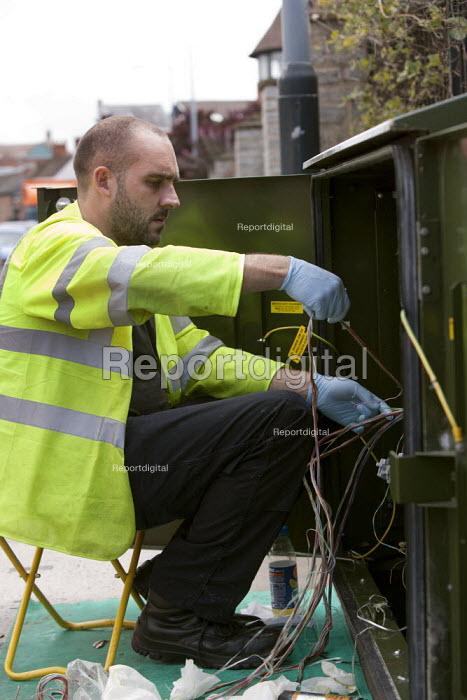 Engineers installing Fibre Optic Broadband, BT Openreach PCP street cabinet, Warwickshire - John Harris - 2014-08-18