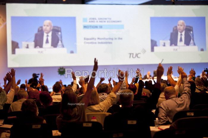 TUC delegates voting, TUC, Liverpool 2014 - John Harris - 2014-09-10