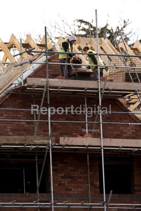 Bricklaying, new houses on the edge of town, Stratford-upon-Avon, Warwickshire - John Harris - 2014-12-18