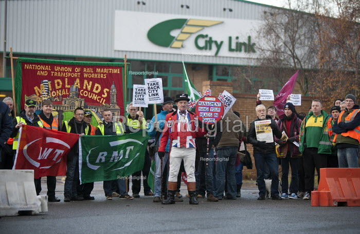 John Bull joins City Link workers and RMT members protest outside the closed distribution centre for the nationalisation of City Link after receivers were called in and workers were made redundent on New Years Eve, Coventry - John Harris - 2014-12-31