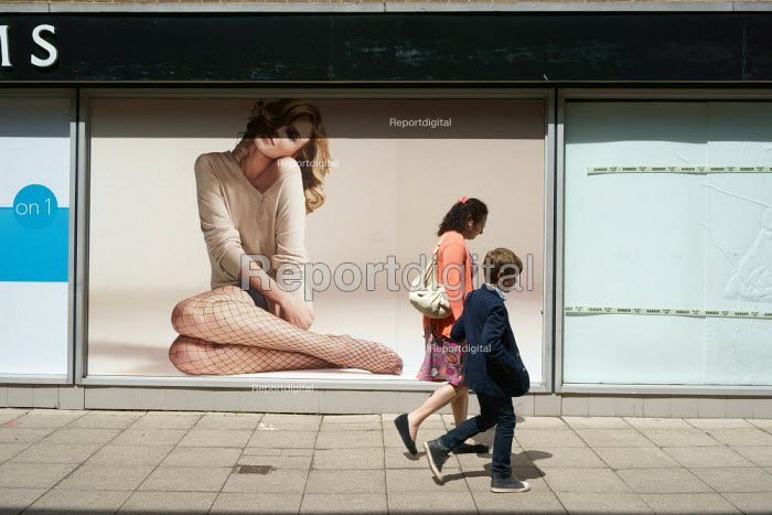 Mother and child walking through a shopping precinct, Stratford Upon Avon. - John Harris - 2015-05-30