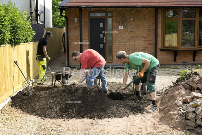 Workers moving earth from the drive of a house, Stratford-Upon-Avon, Warwickshire - John Harris - 2015-06-05