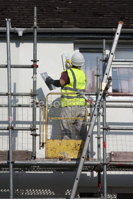 British Gas workers insulating houses to reduce enegy consumption, Evesham - John Harris - 2015-06-11