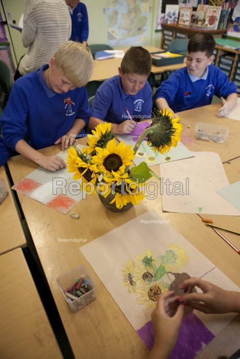 Art class, pupils drawing sunflowers. Primary school, St Richards First School, Evesham, Worcestershire - John Harris - 2015-07-06