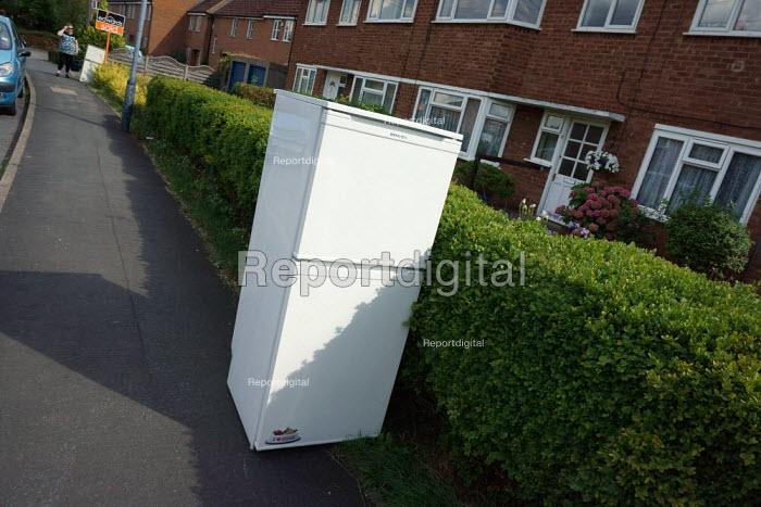 Fridge dumped on the pavement, housing estate, Stratford upon Avon - John Harris - 2015-08-22