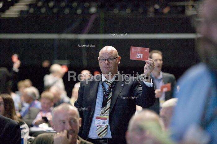 Steve Gillan POA Gen Sec Card vote TUC conference Brighton - John Harris - 2015-09-15