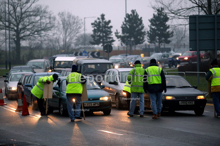 Pickets from Amicus MSF, GMB and TGWU picketing Land Rover Gaydon. One day strike over a pay. Land Rover is owned by Ford. - John Harris - 2004-01-26