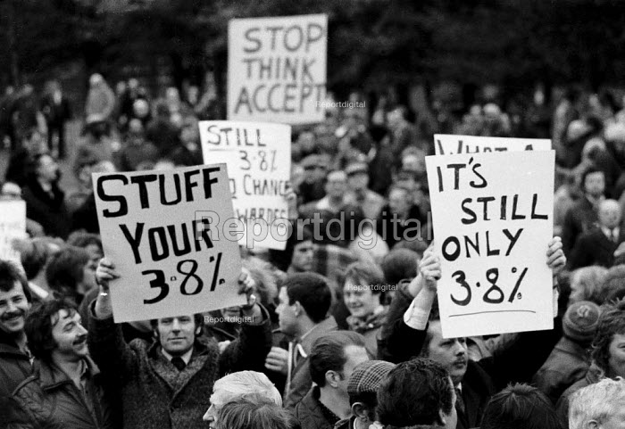 British Leyland workers mass meeting rejecting 3.8% pay offer and continue their strike Longbridge car plant, Birmingham 1982 - John Harris - 1982-03-03