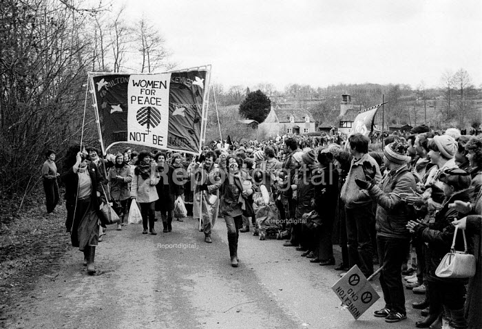 1983 Women for Peace and 70,000 women protesters forming a 14 mile human chain between Greenham Common USAF American Airforce Base from which cruse missile launchers were deployed to Burghfield, Aldermaston nuclear weapons research establishment - John Harris - 1983-04-01