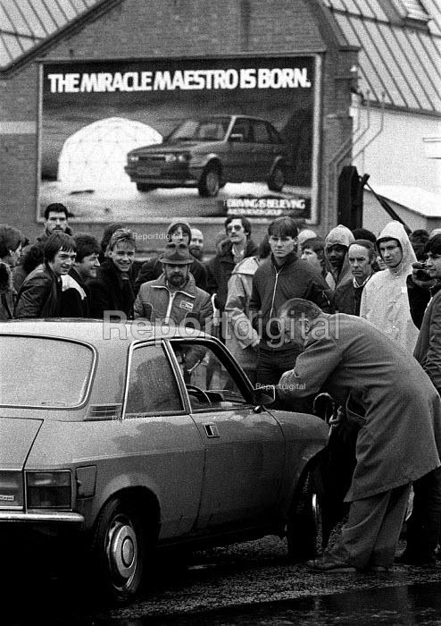 Striking British Leyland BL car workers picketing Cowley Oxford 1983 during their hand washing dispute - John Harris - 1983-03-04
