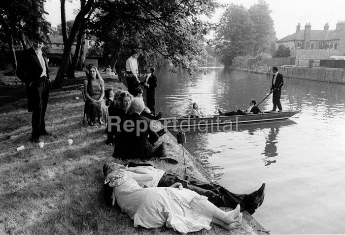 Students punting down the river at dawn, May Balls Cambridge. ... - John Harris - 1983-05-04