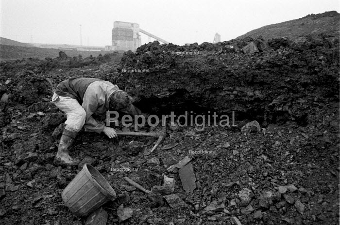 Striking miners riddling for coal on a slagheap or tip, collecting fuel for the winter, South Kirby, Yorkshire - John Harris - 1984-10-31
