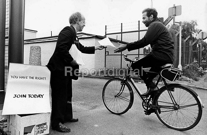 GCHQ trade union member Mike Grindley recruiting civil servants the day after a court decision in favour of their right to membership at the secret listening base Cheltenham - John Harris - 1984-04-16