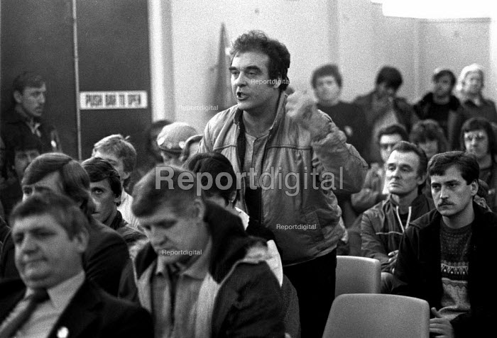 Meeting at Grimthorpe where the community expressed anger at the policing of the pit village and arrests for riddling for coal as relations between police & community worsen. Yorkshire, the Miners strike - John Harris - 1984-10-17