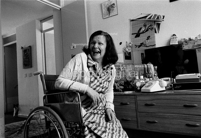 Disabled women coping at home with help from the local authority. Birmingham 1987. - John Harris - 1987-03-25