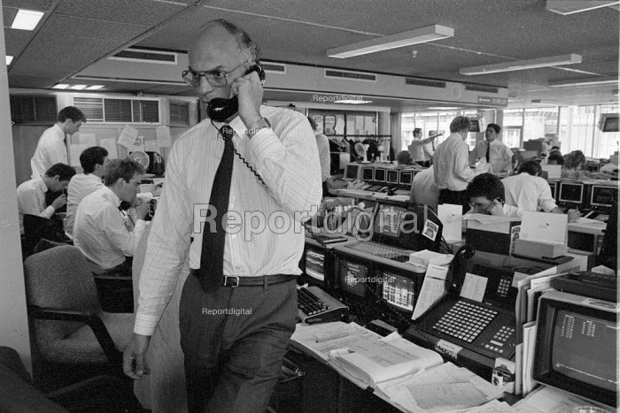 1987 City dealers dealing in shares and finance capital at a bank in The City. Traders were able to make money fast in the deregulated money and financial markets City of London - John Harris - 1987-06-09