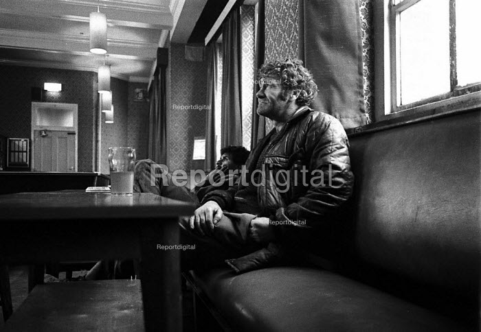 Unemployed man watching TV in public house, many are able to find employment even on a irregular basis. Sparkhill Birmingham an inner city area of high unemployment and multiple deprivation 1988 - John Harris - 1988-02-09