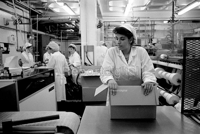 Waiting for the production line. Ice cream Fiesta Foods Ltd factory West Midlands - John Harris - 1988-07-08