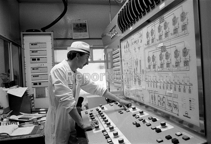Controlling the production line. Ice cream Fiesta Foods Ltd factory West Midlands - John Harris - 1988-07-08