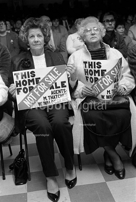 Tenants group meeting to protest at the proposed policy of selling of their council houses Gloucester - John Harris - 1989-01-27