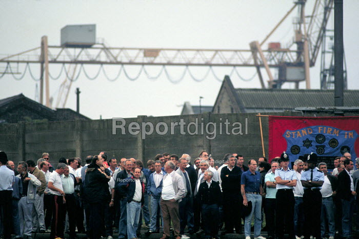 Picketing national dock strike by TGWU members. Tilbury Docks London. Abolition of the National Dock Labour Scheme 1989 - John Harris - 1989-07-13