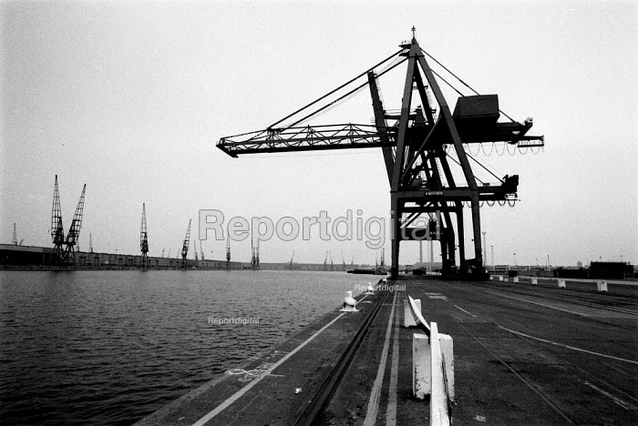 Idle dockside during a national dock strike by TGWU members. Tilbury Docks London, one of the last to carry a large volume of imports and exports. Abolition of the National Dock Labour Scheme - John Harris - 1989-06-18