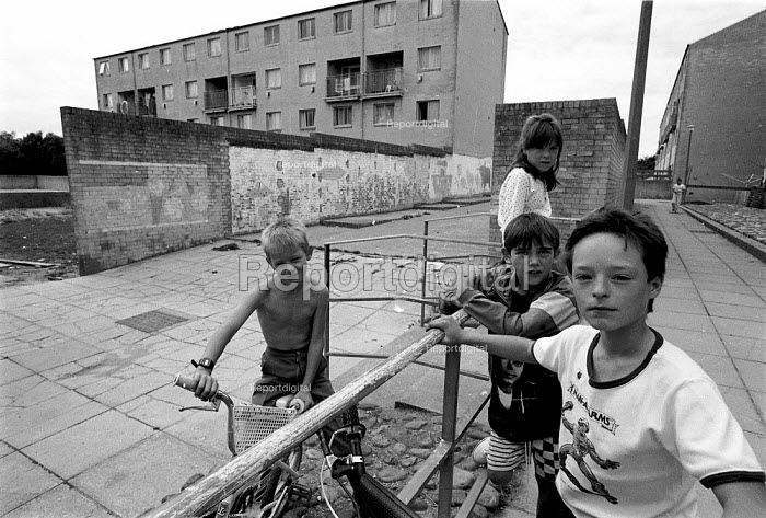 Children playing, High View, Billybanks council housing estate Penarth South Wales an area of poor housing and multipul deprivation - John Harris - 1989-08-18