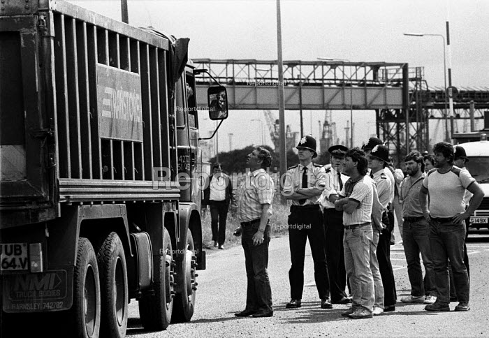 Striking dockers picketing Immingham docks, 1984. The strike was called by the TGWU national docks committee after British Steel used workers who were not registered dockers to unload iron ore at Immingham dock on the Humber. The ore was for Scunthorpe steelworks. - John Harris - 1984-07-10