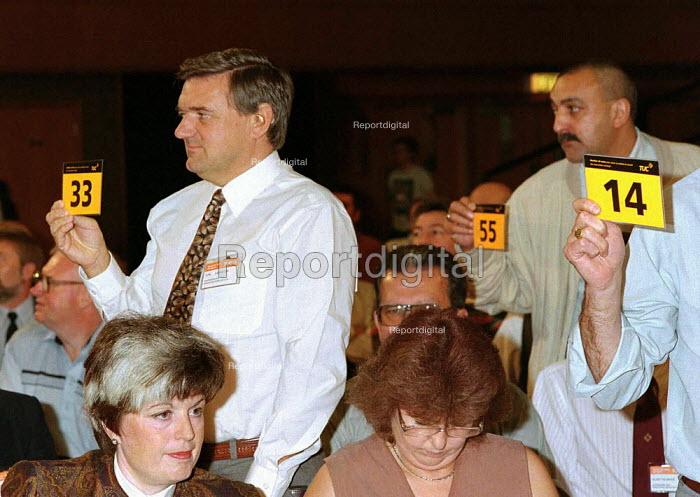 Trades union card vote TUC Conference 1995 - John Harris - 1995-09-30