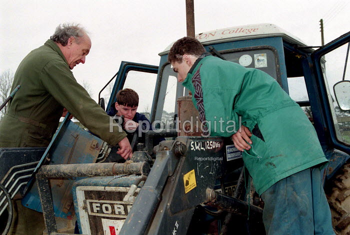 Lecturer training agricultural students in tractor maintenance Easton Further Education College - John Harris - 1997-03-26