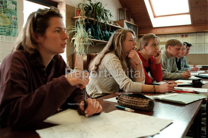 Students studying in a biochemistry class at a Further Education College - John Harris - 1997-04-08