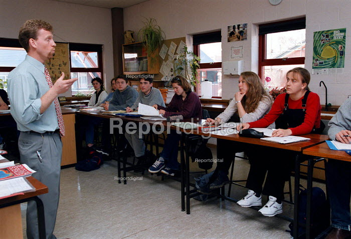 Lecturer and students in a Science lesson at a Further Education College - John Harris - 1997-04-01