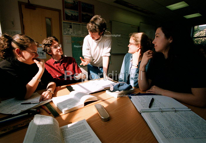 Lecturer and students discussing politics lesson at a Further Education College - John Harris - 1997-04-01