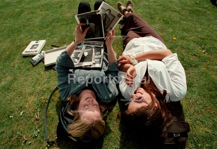 Students discussing photography of men and relaxing on the lawn during a break at a Further Education College - John Harris - 1997-04-08