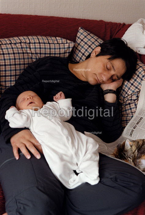 Mother and new born baby sleeping on the settee at home - John Harris - 1999-06-24
