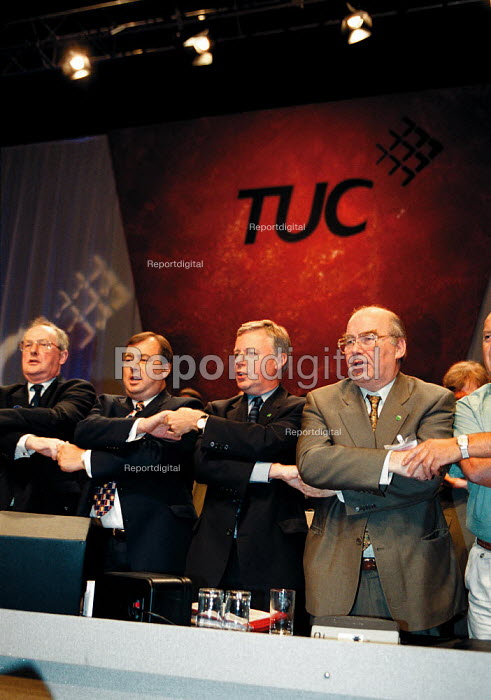 Lord Hector MacKenzie Unison Brendan Barber TUC John Monks TUC Lord David Lee TUC singing Auld lang syne at the close of TUC Conference 1999 - John Harris - 1999-09-17