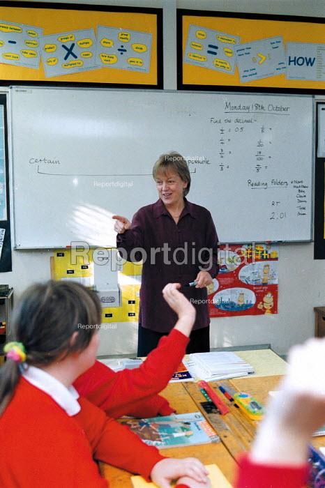 Maths lesson, whole class teaching at a Primary School - John Harris - 1999-10-18