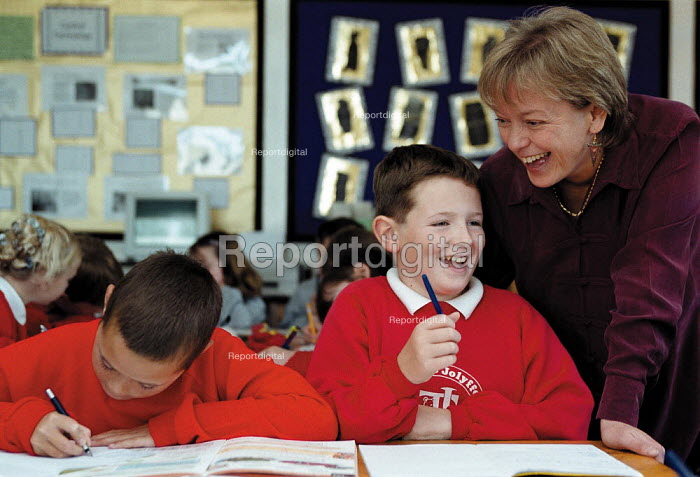 Teacher and pupil enjoying a joke Maths lesson, whole class teaching at a Primary School - John Harris - 1999-10-18