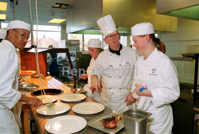 Chef instructing catering students in the kitchen at Oxford Brookes University restaurant - John Harris - 1999-11-18