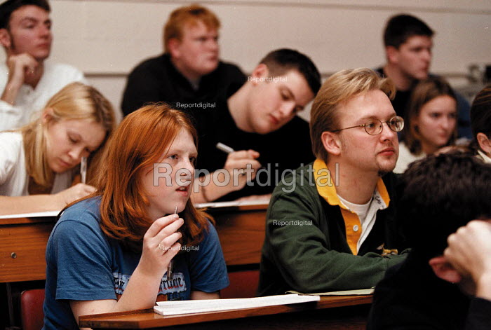 Students listening to a lecture Biology and Chemistry Dept. Oxford Brookes University - John Harris - 1999-11-18