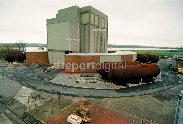 Berkley BNFL Nuclear power station on the severn estuary. The first Magnox reactor it is now slowly being decommissioned. The boilers are now laid on their sides - John Harris - 1999-11-30