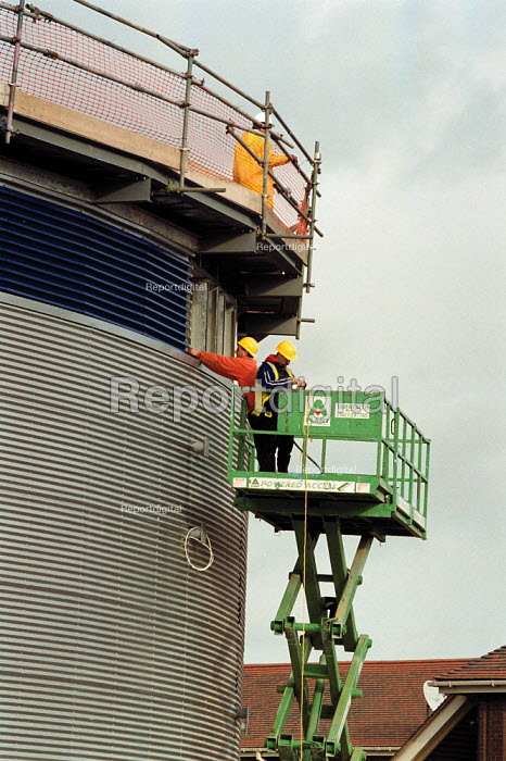 Construction workers installing cladding, building site in Coventry - John Harris - 1999-11-24
