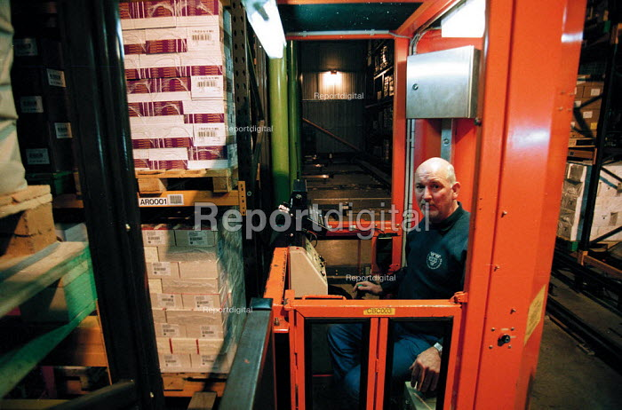 Report digital photojournalism - Huge warehouse storage of books at