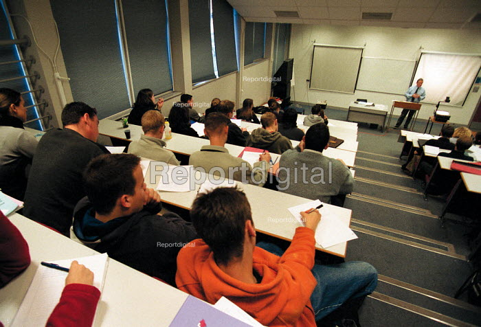 Lecturer and students in a lecture theatre Oxford Brookes University - John Harris - 1999-11-18